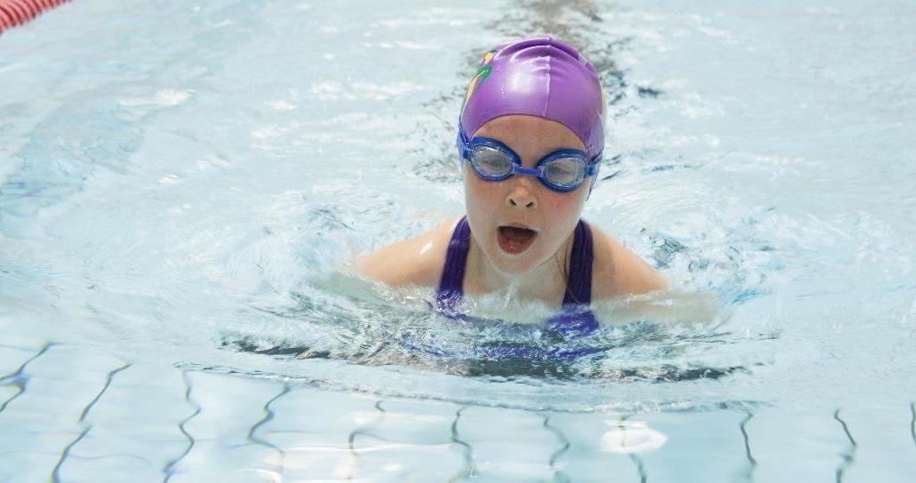 girl_swimming